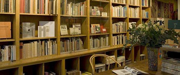 Mr Abdelkader Bendamèche signe ses livres au stand de l'ENAG du SILA le Vendredi 29 Octobre 2010