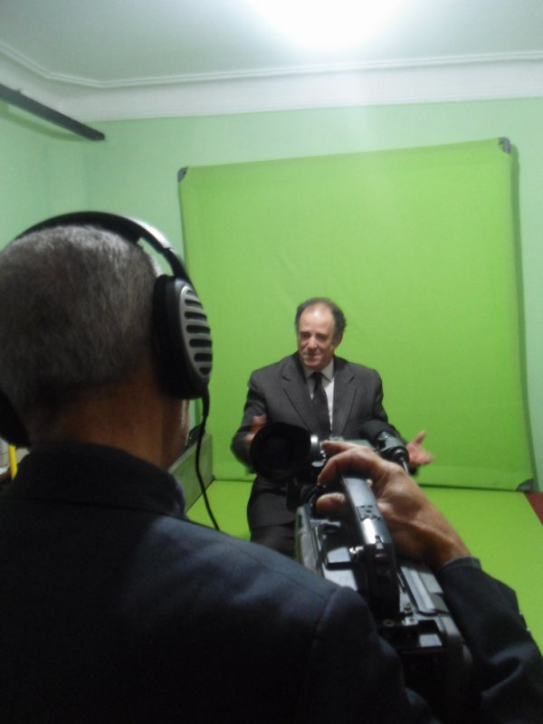 Abdelkader Bendameche  sur le plateau de tournage du film documentaire sur Cheikh H'ssissen