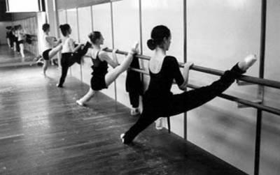 Chauffement la barre la danse classique en image for Exercices barre danse classique