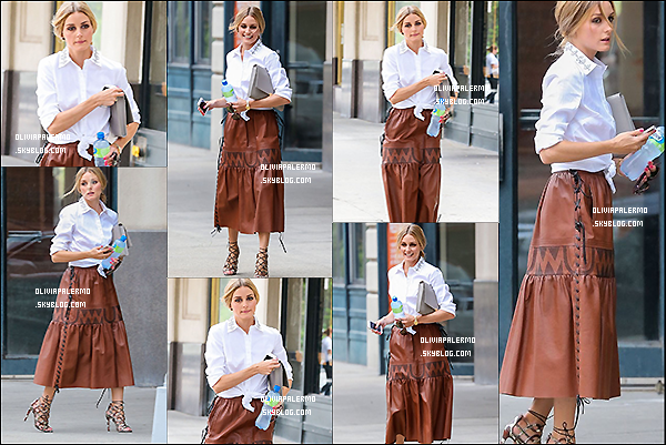 . 04/08/14 : Olivia se promenant toute souriante, une bouteille d'eau et son iPhone à la main, dans les rues de New York City. .