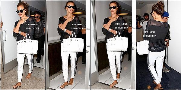 .  24/07/14 :  Irina Shayk a été aperçu arrivant à l'aéroport de LAX à Los Angeles. Côté tenue, Irina est au TOP, avis ?!.      la belle  avait opté pour un look décontracté mais encore une fois terriblement sexy.  l'apprentie comédienne était ravissante. Top - Flop ?   .