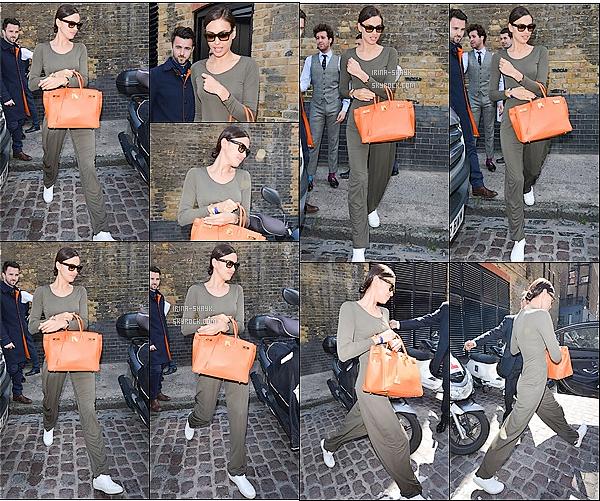 .  27/05/15 : La mannequin international Irina Shayk a été aperçu quittant son   hôtel à Londres, en Angleterre. TOP!    Après avoir assisté  à la représentation de The Elephant Man, La très célèbre mannequin russe Irina Shayk  serait en direction de New-York.  .