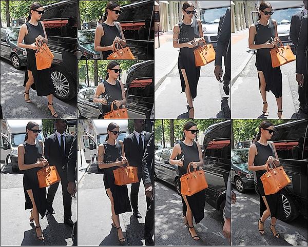 .  26/06/15 : La belle mannequin international Irina Shayk a été aperçu quittant son   hôtel à Paris, en France. TOP!  La célèbre mannequin russe est arrivée à Paris pour le défilé parisien de la Fashion WeeK Homme et sa venue a été grandement remarquée.   .