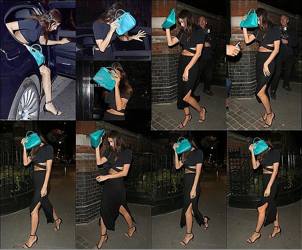 .  29/06/15 :  Le mannequin russe Irina Shayk a été aperçu ultra girly dans les   rues  de Londres, en Angleterre. TOP  C'est un énorme TOP, Irina Shayk mise sur le total look noir simple et efficace pour une sortie entre amis à Londres, en Angleterre. ! Enjooy .