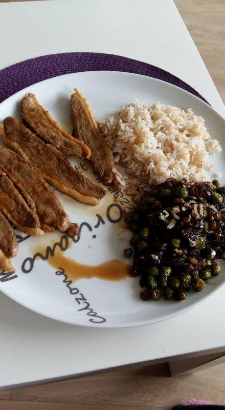 canard mariné, petits pois au soja et riz sauté au sésame