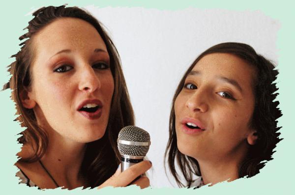 Ma soeur et moi nous mettons au chant !