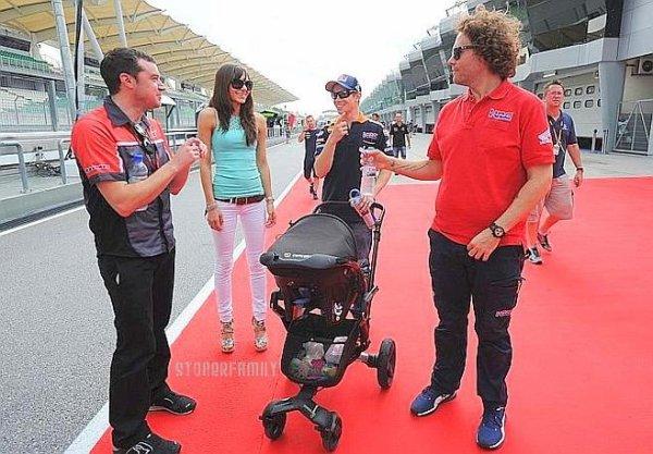 . 18 Octobre 2012 Adriana et Casey sont là pour rendre hommage à Marco. .