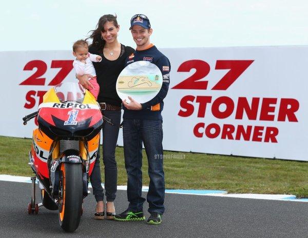 . 25 Octobre 2012 Le virage n°3 du circuit Phillip Island est rebaptisé le Stoner Corner. .