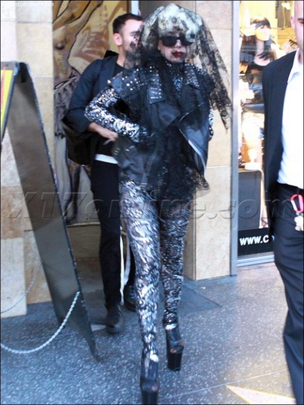 ____Lady Gaga  : Non elle ne va pas à des funérailles et elle n'est pas en deuil elle sortait juste de son cours de danse ...  %)   ____