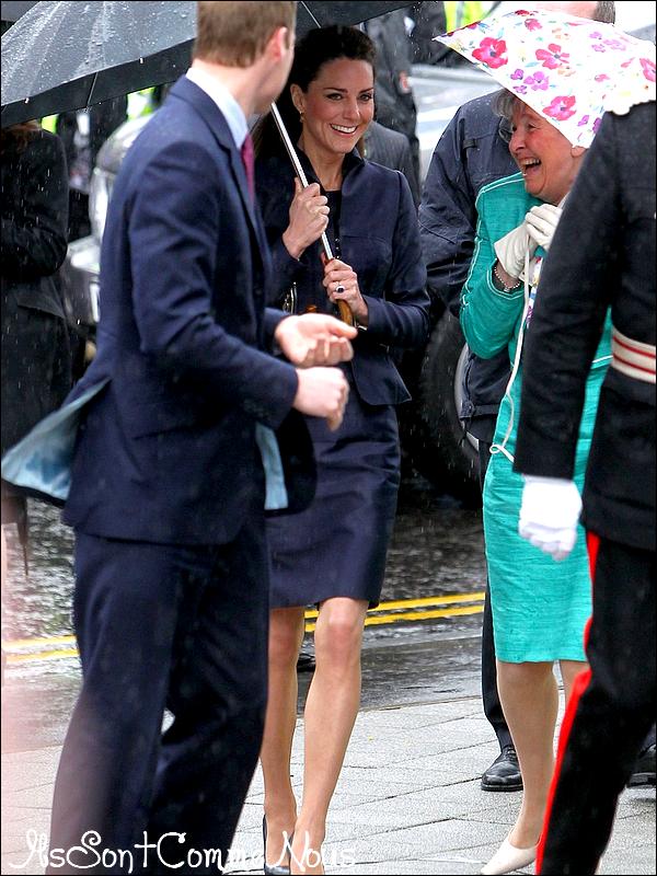 ....11/04/11  : Le Prince William & Kate Middleton, leur dernière sortie officiel avant le mariage au Darwen Aldridge Community Academy. Comme vous le savez tous, la mariage princier sera le 29 avril à l'abbaye de Wesminster et pour cet évènement international près de 1900 personnes auraient été invités et côté célébrités on a la famille Beckham, Elton John & bien d'autres...     ....