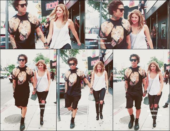 * 20/07/13 : Notre jolie menteuse a été vue avec Castillo Benz lui tenant la main dans les rues de LA. Pour sa tenue,pour ma part,j'adore même si j'aurais vu un moins gros trou au niveau du pantalon,ça lui va à ravir. Top. *