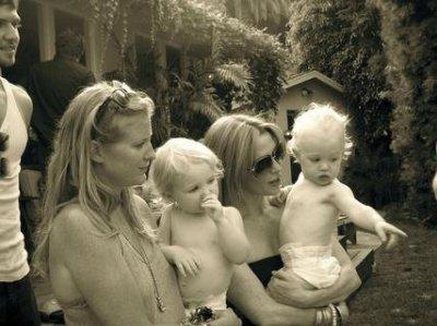 poppy monthomery et son fils avec sa soeur et sa niece