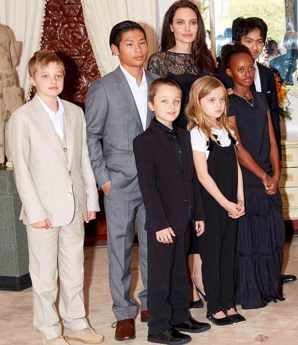 Angelina Jolie, Maddox, Pax, Zahara, Shiloh, Knox et Vivienne