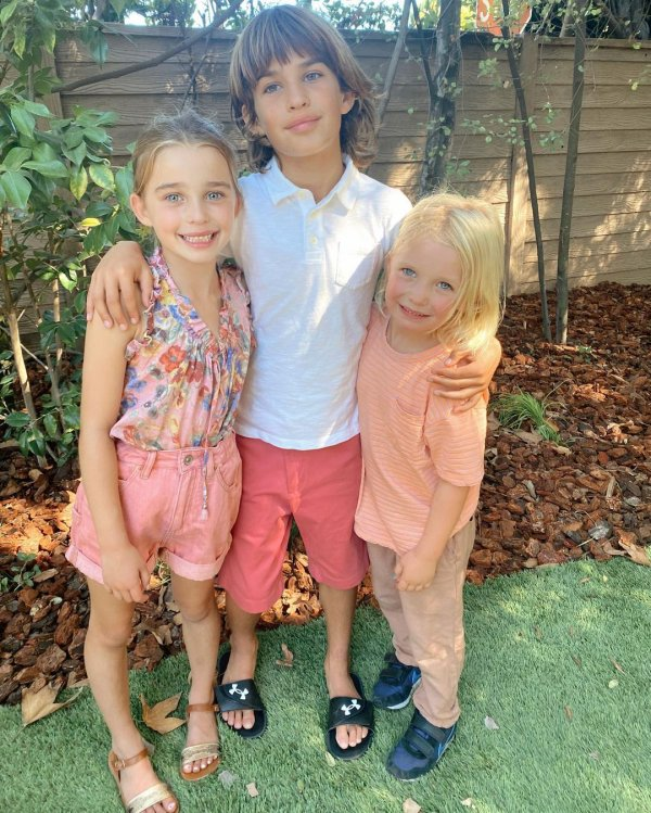 Brooks, Scarlett et Grey Sims