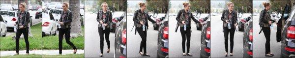 Miley Cyrus le 16/09/2011 sortant de chez une amie...