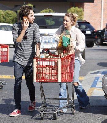 Miley le 23/10/2011 au super marché avec un ami