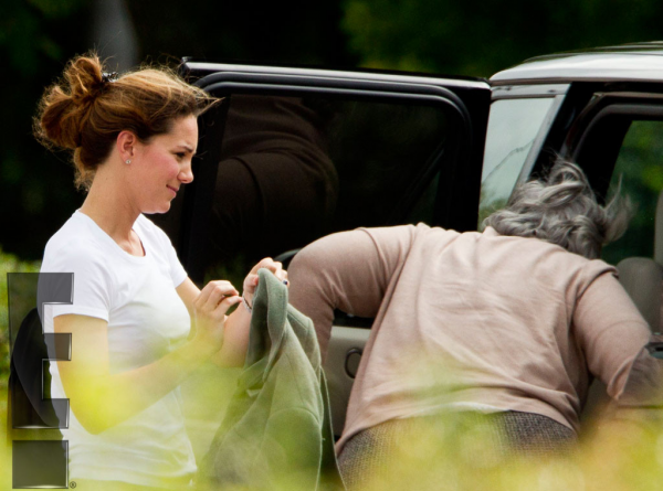 Kate en sortie (McDo) avec George et sa nounou
