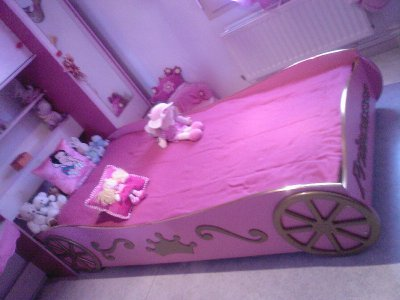 le nouveau lit de ma princesse lit carrosse with lit carrosse princesse. Black Bedroom Furniture Sets. Home Design Ideas