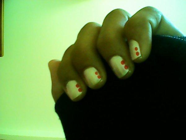 vernis blanc + points rouge + vernis pailleté