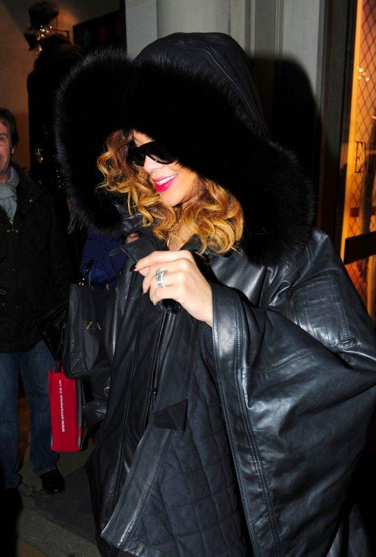 Rihanna, a été photographiée hier soir quittant une boutique « Armani » ..