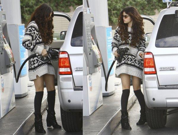 27 janvier : Selena remplissant le réservoir de sa voiture avant d'aller aux studios, à Santa Monica