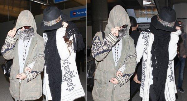 23 février : Selena sortant de l'aéroport de Los Angeles avec Vanessa Hudgens