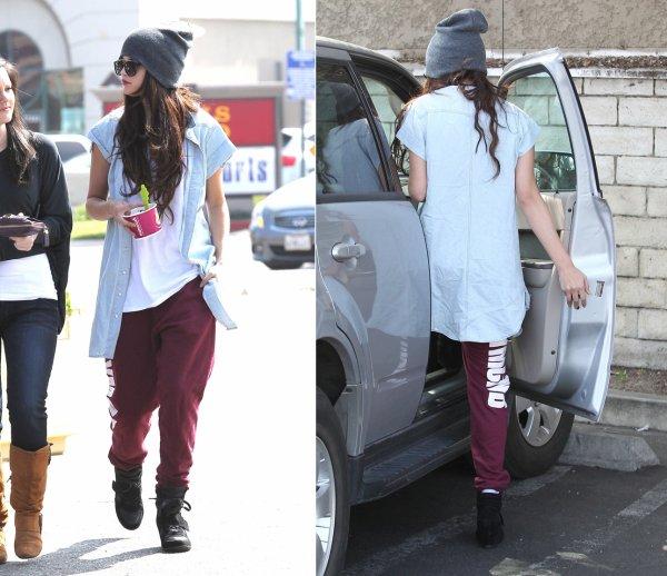 5 mars : Selena prenant un sandwich à Encino, en Californie