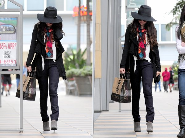 7 mars : Selena sortant de P.F Chang's China Bistro à Sherman Oaks