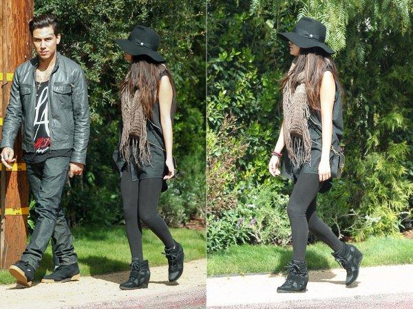 9 mars : Selena attendant une limousine pour prendre un avion direction Austin, au Texas