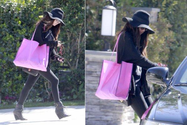 15 mars : Selena sortant de chez elle pour aller à un hôtel à Beverly Hills