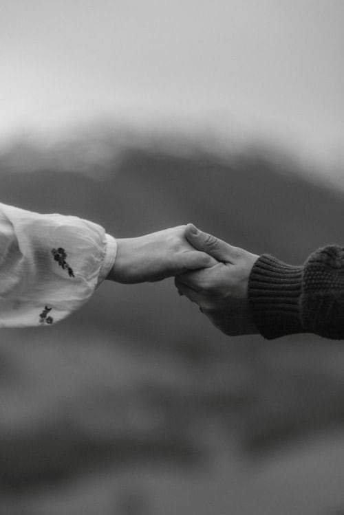 Doux moments, quand l'amour combat tout les obstacles.. À deux rien ne peut arriver.. ne lâches pas ma main...