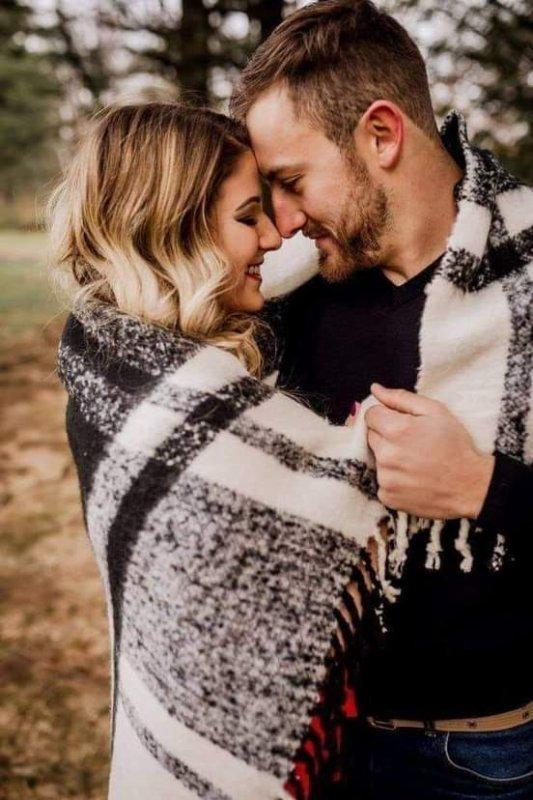 """Je veux te prendre  dans mes bras pour te faire  sentir légère comme une plume, je te prend dans mes bras pour que tu me sentes contre toi que tu te sentes protégée...  Je veux te prendre dans mes bras comme si c'etait la dernière fois que tu ressentes mon amour..  Je te prend  dans mes bras pour te dire  des mots doux aux creux de l'oreille.. """"Que je t'aime plus que tout au monde.."""""""