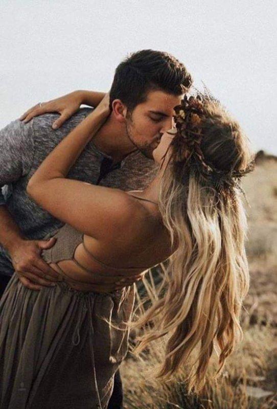 Mon amour combien tu hantes mes pensées , ton souffle vie dans mes rêves parfumes , mon âme vit en toi , je suis le baiser dans le quel tu te noie , tu es l'âme , tu es l'amour qui nous faits vibrer , est le plus beau de tout les cadeaux , tu vie depuis toujours en moi .....