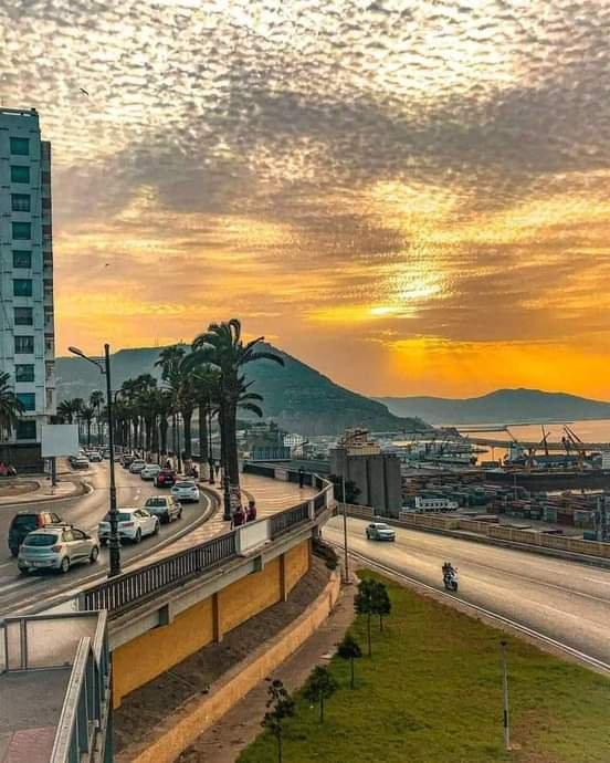 Ma ville Oran place s'appelle frond mer à côté le porte