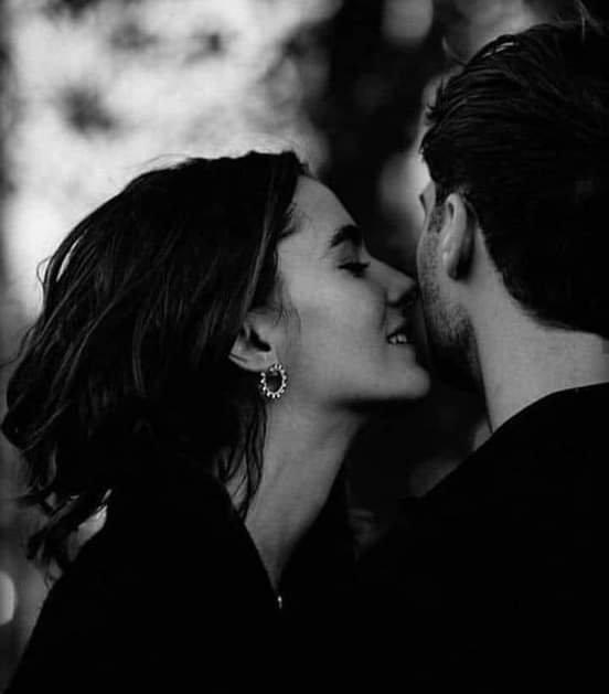 Il n'est pas parfait, tu ne l'est pas non plus... Mais si il te fait rire au moins une foi, s'il admet qu'il est humain et qu'il fait des erreurs, attache toi à lui et donne lui tout ce que tu peux. Il ne va pas t'écrire de poème, il ne va pas penser à toi à chaque instant... Mais il t'aime assez pour te donner une partie de lui que tu pourrais briser. Une personne parfaite, ça n'existe pas... Mais il y aura toujours quelqu'un de parfait pour toi...