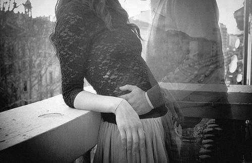 Les gouttes de pluie glissent Sur la vitre en transparence La lueur de mon esprit s'éclipse Dans la buée de tes absences Ou es tu passé doux souvenir Sans toi, je risque de dépérir Comment écrire, sans ma raison Tu es ma source d'inspiration Celle qui coule sur cette fenêtre Que je ressens de tout mon être Mon c½ur, mon âme, ma passion As-tu perdu le fil de nos liaisons Et cette pluie battante, qui fouette Telle cette ressource dans mes veines Me fait penser à toi, doux poète Mais ce bruit silencieux me freine J'attends ici, que tu reviennes Impatiemment de tout mon être De tes paroles, je ferai miennes Pour que j'écrive encore, peut être Et quand le jour, je ferai naître Poésie magique, sortie de mon âme La pluie cessera derrière la fenêtre Saluant ta plume, de sa plus belle trame...