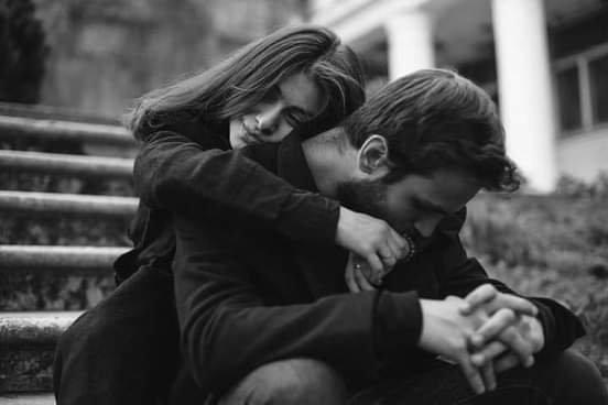 إنها في أشد الإحتياج لمن يفهمها دون شرح........ لمن يلتمس لها عذر خيبات مضت .......... لمن يتحمل عبء تقلبات مزاجيتها دون شكوي أو ملل........ لمن يعد ثقتها في الناس كونهم يدعون الخير ولا تجده ........ إنها بحاجة لمن يرجع لها النسخة القديمة منها بغير شرح أو فهم أو جدل..... هي في حاجة لذلك كله و برغم ذلك تجدها سند لكل من يسقط أو يقع !!