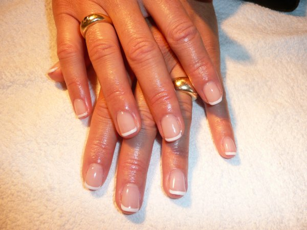 French permanente sur ongles naturels .