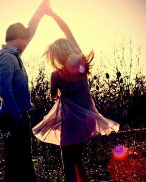 L'amour ce n'est pas se regarder l'un l'autre, mais regarder ensemble dans la même direction.
