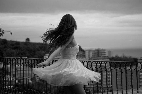 En réalité t'as peur, c'est pour ça que tu fuis. T'as peur parce qu'avec moi tu sais que c'est pas comme avec les autres filles. Moi tu m'aimes réellement et ça te fais flipper parce qu'aimer quelqu'un c'est lui donner la possibilité de nous briser le coeur. Je le sais très bien parce qu'en ce moment même, t'en en train de briser le mien.