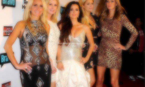Paris Hilton, Nicky, sa mère, ses tantes : les nouvelles Desperate Housewives ?    ▬ ▬ ▬ La soirée de lancement de la nouvelle télé-réalité intitulée The Real Housewives de Beverly Hills dans lequel on retrouvera les soeurs Kim et Kyle Richards qui ne sont autre que les soeurs de la mère de Paris & Nicky, Kathy.