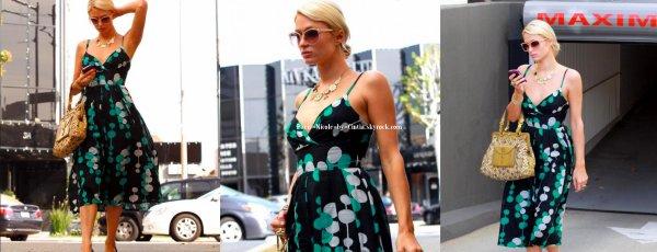 Vendredi 29 Octobre : Paris Hilton allant à sa séance de manucure à Berverly Hills.  ~ Paris H. lors de ses interview laisse pensé qu'elle serait très occupée, ce qui fait bien rire la presse ... En attendant ce sont ses tantes Kim et Kyle Richards qui sont en ce moment les stars du reality show The Real Housewives of Beverly Hills.
