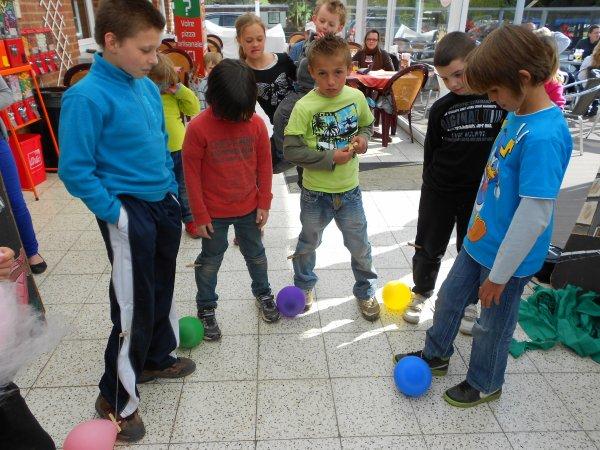centre de jeux  PARACHUTE ET BALLONS AUX PIEDS 2 DES 17 ACTIVITES