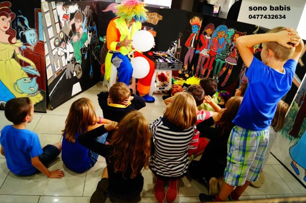 ANIF 4   SPECTACLE DE CLOWN  clown assis au nez rouge