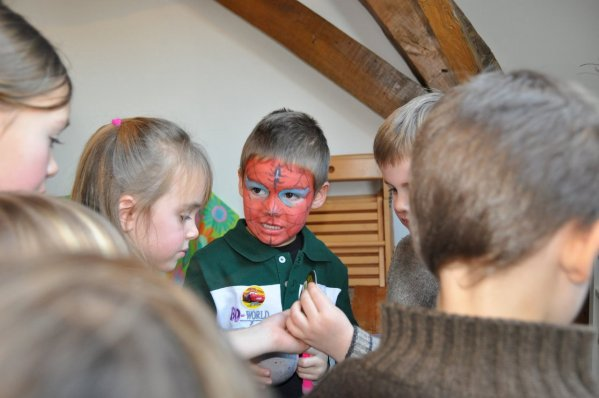ANIF 28     ENSUITE VIENT L'OUVERTURE DES CADEAUX les enfants assistent à l'ouverture des cadeaux