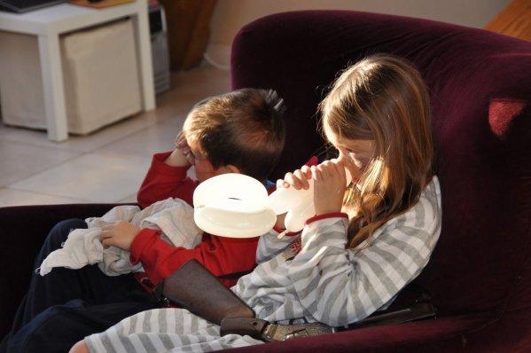 ANIF 33   LES ENFANTS TRES FATIGUES  ici 2 enfants liquidés dans le fauteuil.