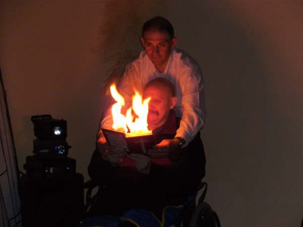 4 sp  UN GRAND TOUR DE MAGIE POUR SURPRENDRE. livre en feu avec handicapé en chaise