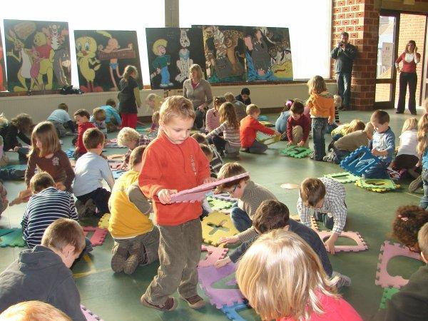 2° ACTIVITES construire en vue aérienne une arraignée géante avec tapis, école.