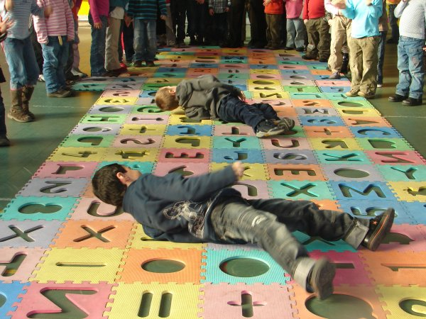 4° ACTIVITES  le rouleau compresseur sur tapis, école.