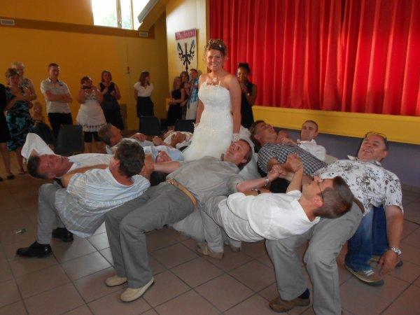 .........................11................  LES GENS S'AMUSENT DEJA A L'APERO. jeux de la boutonière, mariage.